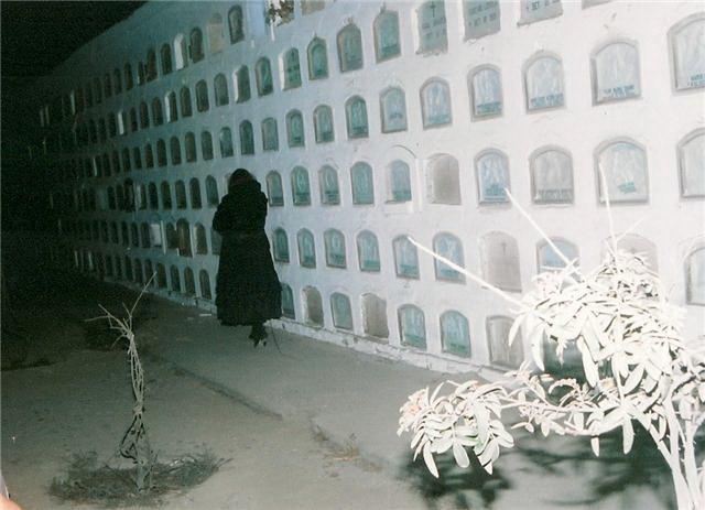 Mujer vestida de blanco que asusta
